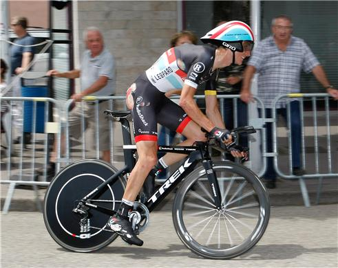Schleck rides in after breaking his hip.