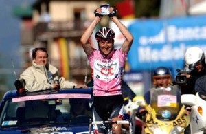 ivan-basso-dedicates-the-victory-in-stage-20-to-his-new-born-son-in-the-picture-above-his-head-giro-2006-c-tim-de-waele