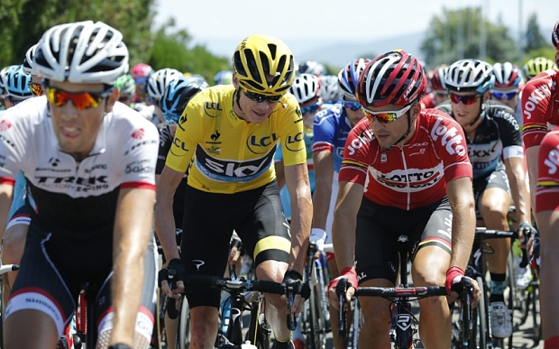 epa04854112 Overall leader, Team Sky rider Christopher Froome (C) of Britain talks to Lotto Soudal team rider Tony Gallopin (R) of France during the 16th stage of the 102nd edition of the Tour de France 2015 cycling race over 201km between Bourg-de-Peage and Gap, France, 20 July 2015.  EPA/YOAN VALAT