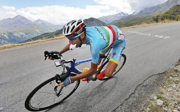 Stage winner Italy's Vincenzo Nibali eats while speeding downhill during the nineteenth stage of the Tour de France cycling race over 138 kilometers (85.7 miles) with start in Saint-Jean-de-Maurienne and finish in La Toussuire, France, Friday, July 24, 2015. (AP Photo/Christophe Ena)